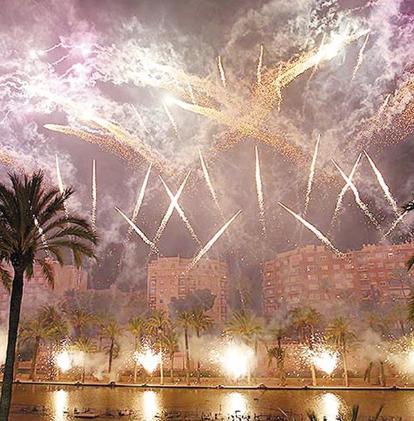 Foto portada: Castillo de fuegos artificiales durante las Fallas de Valencia.
