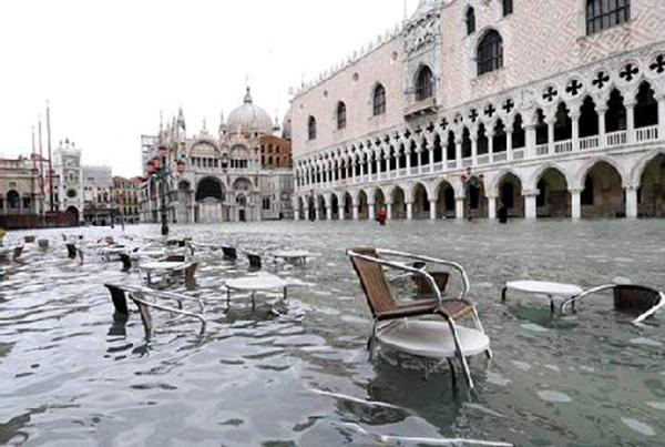 """Venecia, durante una de las inundaciones que los expertos llaman """"acqua alta"""", fenómeno que tiende a aumentar en frecuencia e intensidad."""