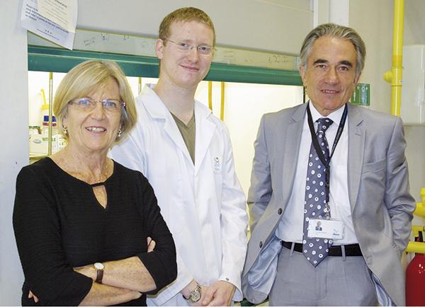 De izquierda a derecha, los investigadores Mercedes Alvárez, Xavier Just-Baringo y Fernando Albericio (imagen; IRB Barcelona).