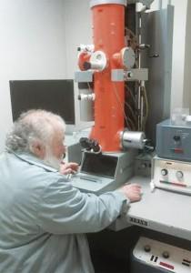 El profesor Bardasano trabajando en su laboratorio.