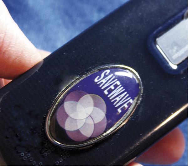 Protector contra la radiación electromagnética del móvil, desarrollado por la FEBCCS (Fundación Europea de Electromagnetismo y Ciencias de la Salud).