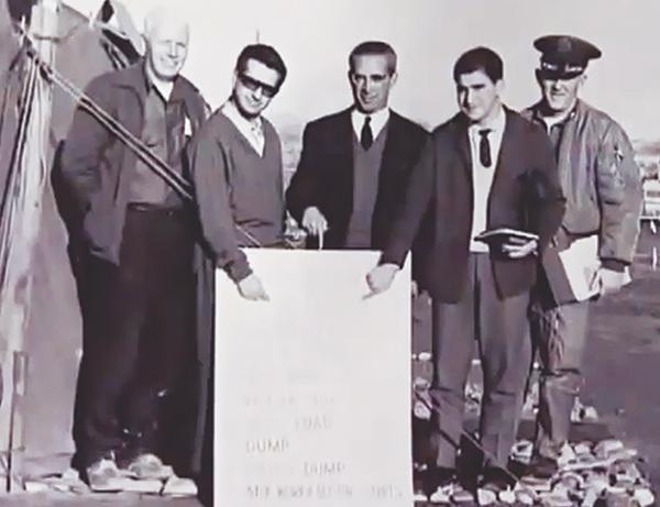 El profesor Guillermo Velarde, segundo por la izquierda, con otros científicos militares en Palomares. Enero 1966.