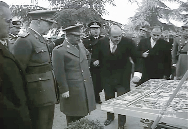 El General Franco frente a la maqueta de la zona de Moncloa en Madrid, sede principal de JEN, Junta de Energía Nuclear.
