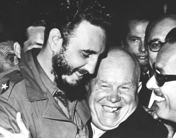 Kruschev abrazando a Fidel Castro.