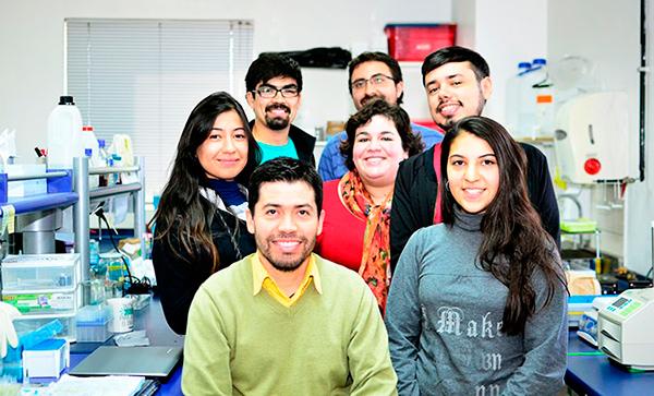 El profesor Vicente Torres junto al equipo de la investigación. Foto: UCHILE.