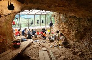 Foto portada: Proceso de excavación en la Cova de les Teixoneres durante la campaña de excavación 2015.