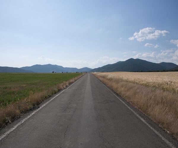 """""""Carrretera 8"""" Carretera atravesando um medio abierto. Foto: cortesía de Enrique Rodriguez."""