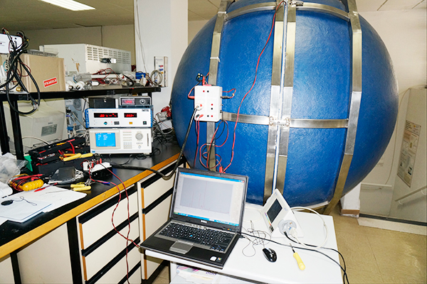 Laboratorio de iluminación. Se puede apreciar la esfera integradora (es la gran bola azul), para medida del flujo luminoso, vatímetro digital (el aparato blanco con pantalla azul), y espectrómetro (el aparato blanco con perfil triangular). En la pantalla del ordenador portátil se puede ver un espectro de lámpara fluorescente.