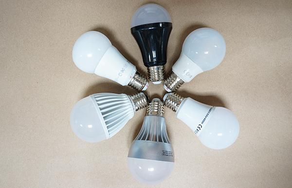 Seis LED´s con casquillo E27 (el más común en viviendas) pensados para sustituir a lámparas incandescentes o fluorescentes compactas con balasto integrado (las conocidas como lámparas ahorradoras de energía).