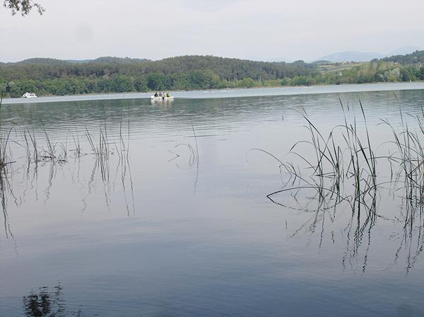 El lago de Banyoles, Girona, esconde una bulliciosa vida microbiana en sus aguas profundas, ricas en azufre y libres de oxígeno.