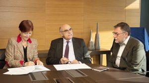 Foto portada: Momento de la firma del convenio de colaboración, en la sede de Abertis, en Barcelona.
