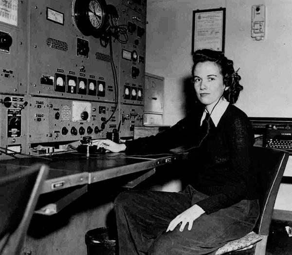 Olive J. Roeckner, una de las primeras mujeres oficiales de radio (1947).