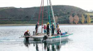 Foto portada: Los investigadores sacan los sondeos de los sedimentos desde una plataforma flotante en el lago Montcortés. (Fondo documental IPE_CSIC)