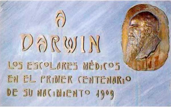 Placa-recordatorio en la Facultad de Medicina de la Universidad de Valencia.