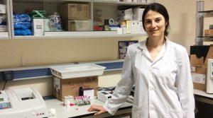 Foto portada: La doctora Elena Carretón, portavoz de la Federación de Jóvenes Investigadores.