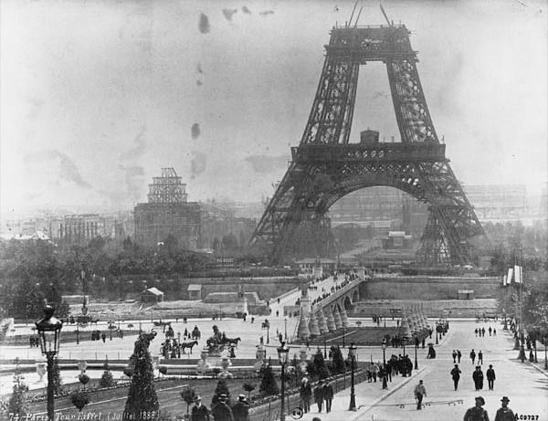 La Torre Eiffel a medio construir, en 1888.